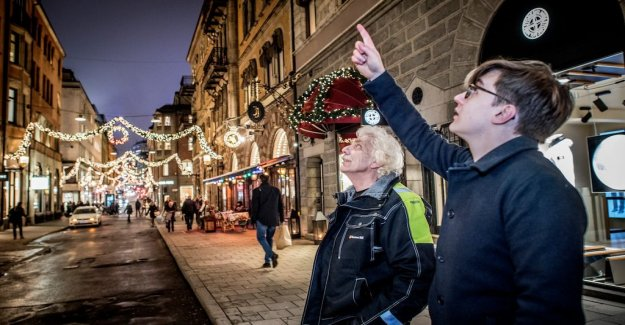 DN Sthlm assessing the wow-factor in the town's christmas lights with mästerpyntaren from Täby