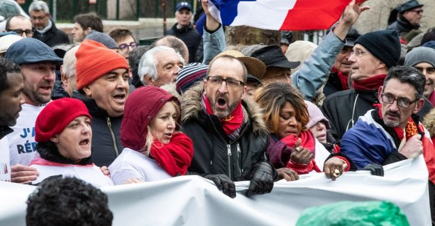 After yellow vests has Paris, now also red scarves