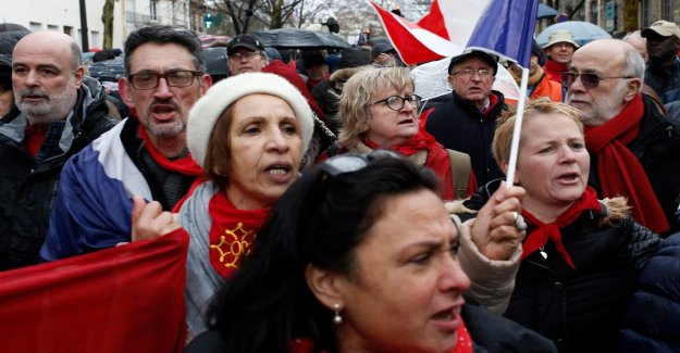 Red halsdukarna in the protest against the Yellow vests