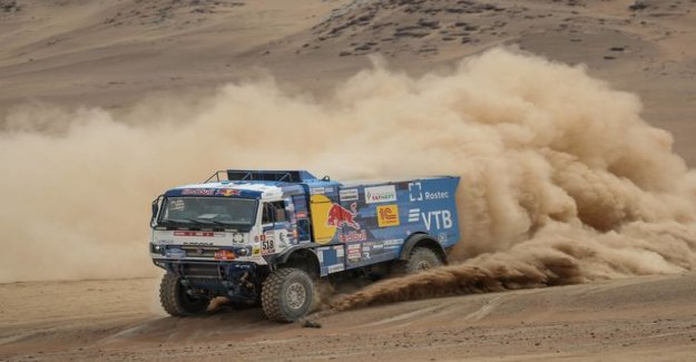 Russian driver drove a truck look on the foot, and stopped to help - the old master was rejected in Dakar