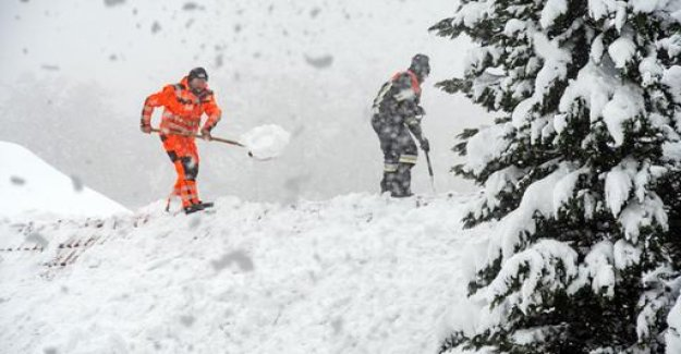 Snow in the Alps: the risk due to avalanches and high water