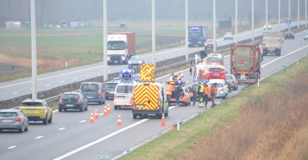 Five cars and a truck collide on the A10: one lichtgewonde and long file