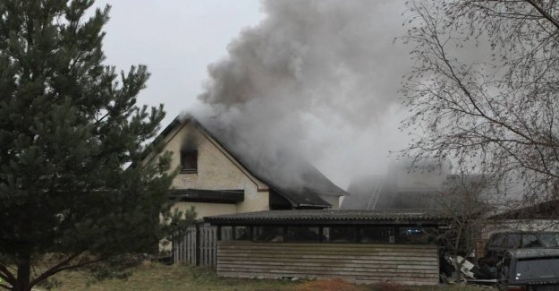 Heavy fire in the residential building: Looking for people with røgdykkere
