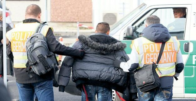 Tightening laws : Seehofer wants to facilitate the deportation of criminal offenders