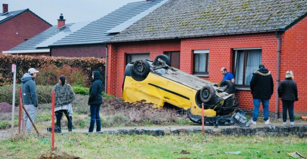 Car driver goes over the head and ends up in front garden