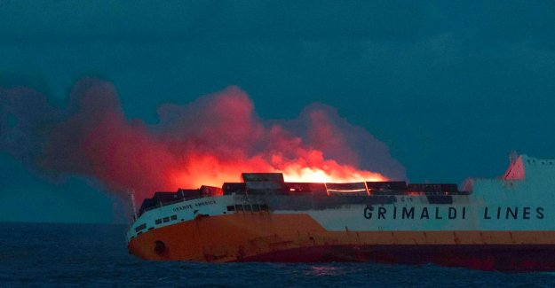 New spill from burned freighter threatens French coast