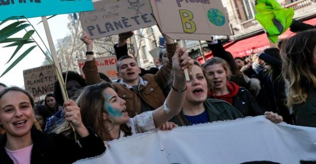 Tens of thousands demonstrate in Paris for more climate protection : Many students protested for the second day in a row