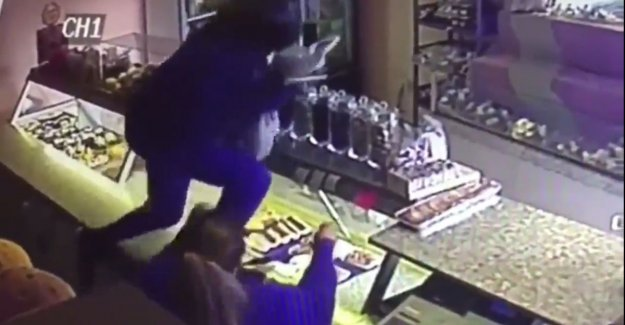 VIDEO. Armed robber storms into a bakery Gijbels in: If they with a revolver in front of you stand, then you stand perplexed