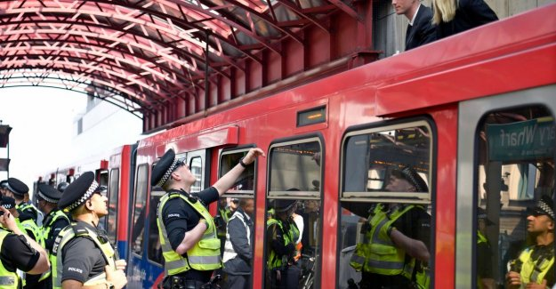 Klimaatactivisten gluing itself to the roof of a subway car in London: Police should the bad come clean up