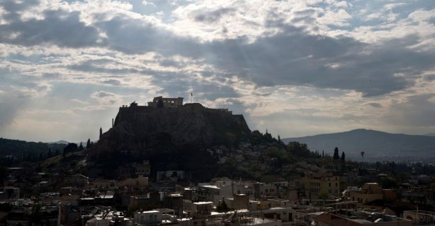 Lightning strikes on the Acropolis: four wounded