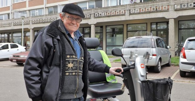 Where should I go with my scooter?: Leopold (63), it complains the lack of charging stations to