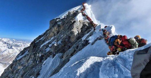 Deadly traffic jam on Mount Everest