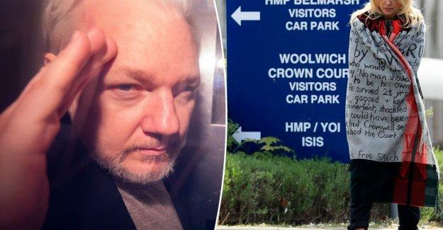 Pamela Anderson attends innocent Julian Assange in prison