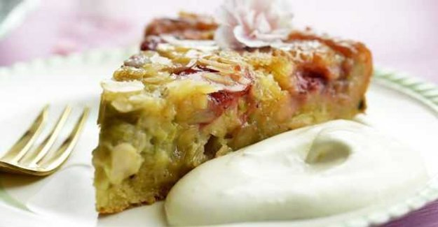 Rhubarb cake with almond