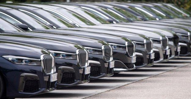 Trump postpones decision on car tariffs