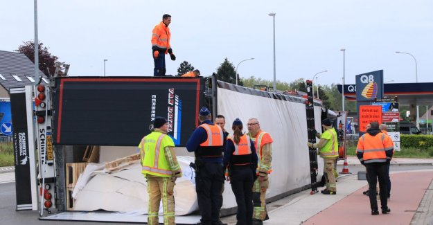 VIDEO. Truck with 24 tons of paper tipped on the roundabout
