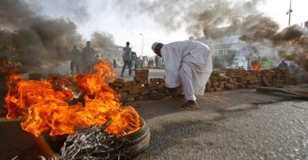 Battle in the Sudan power: military moves against sit-in blockade