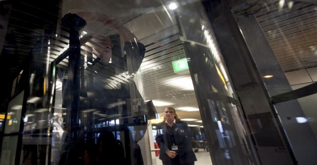 Departure hall of Schiphol airport closed after bomb threat