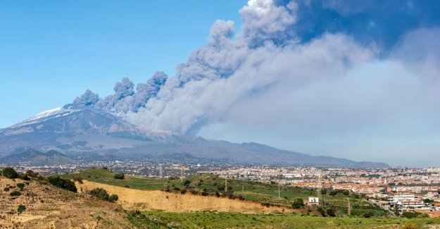 Eruptions Etna also keep on christmas day: a hole of 2 km in volcano