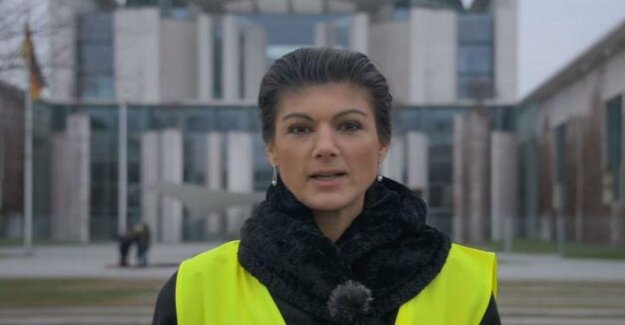 Gilet Jaunes in Berlin : Wagenknecht with a yellow vest in front of the Chancellery