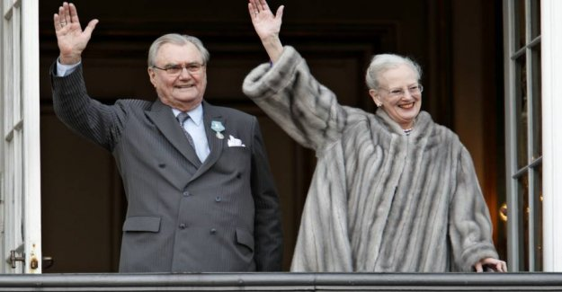How to salute the queen, prince Henrik during this year's new year speech