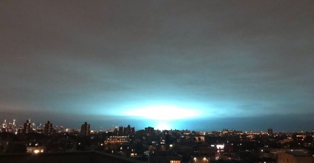 No, no aliens in New York: the explosion causes a strange blue light above the city