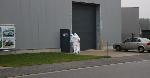 Oldtimerevent cancelled: detectives search shed of garage, in moordonderzoek