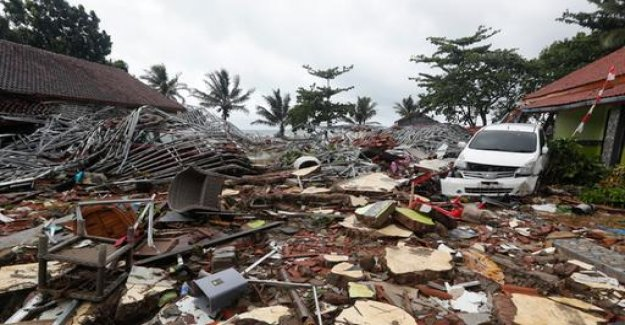 Tsunami hits Indonesia without warning