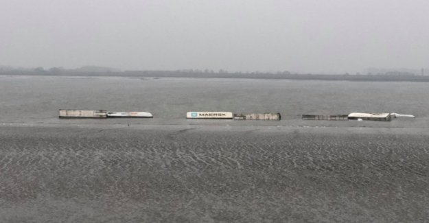 VIDEO. Containers fall from ship, in the river Schelde, passing shipping traffic in the port of Antwerp, meanwhile, again resumed