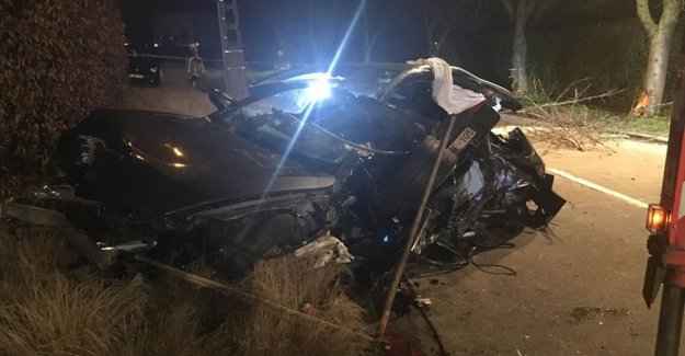 41-year-old man survives crash against tree