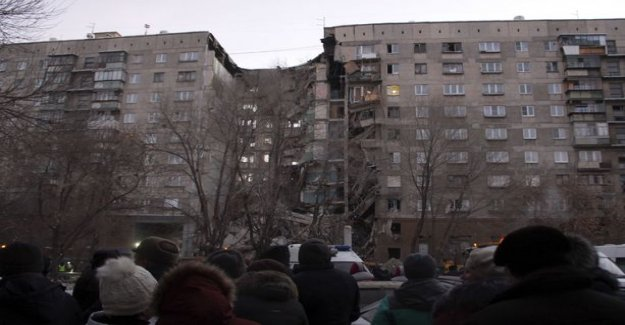 A gas explosion collapsed parts of an apartment house in Russia - ten people missing, the biting cold worsen the situation