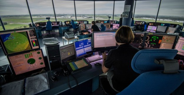 Air traffic controllers threaten strike