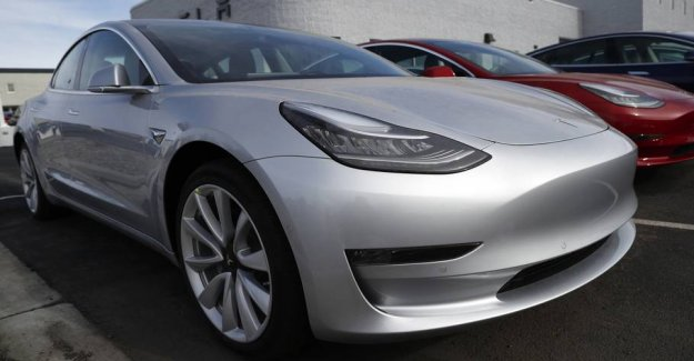 Brilliant! Man recharges his Tesla to tow it