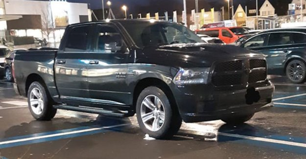 Car takes four places for disabled persons in parking Carrefour