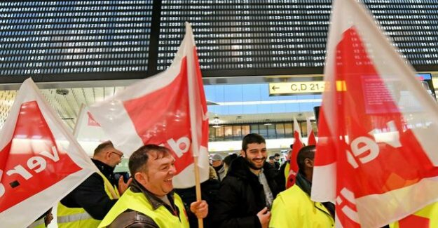 Demand for a uniform wage : Strikes set air traffic to a halt