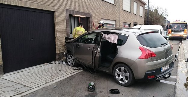 Driver falls asleep: two cars and facade hit