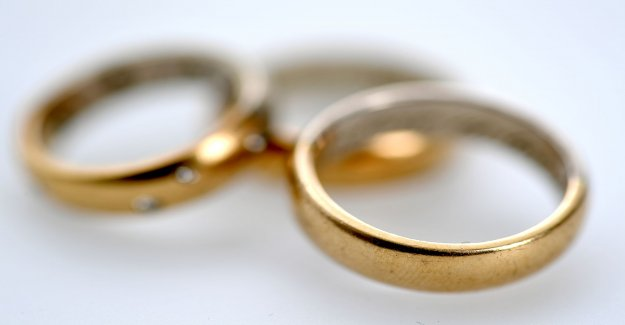 Employee on accommodation sold the owners thereof to lose their gold