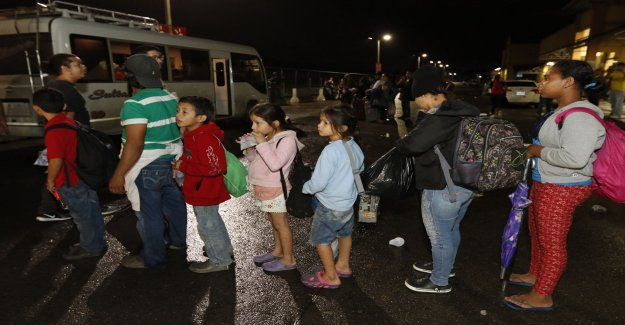 Hundreds of migrants headed toward the united states