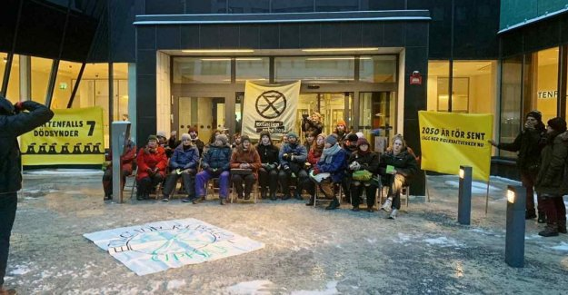 Klimataktivister blocked the entrance to the Vattenfall office