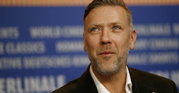 Mikael Persbrandt read in the new year in on the SVT. 100 women protesting