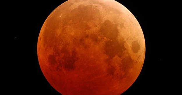 Monday morning turns moon bright red: bloedmaan, supermaan and total lunar eclipse