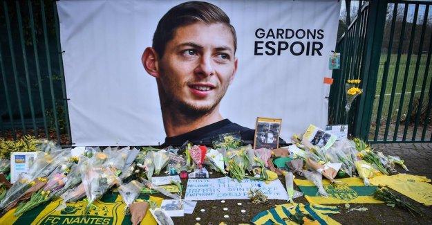 Nantes plays for Sala: Emotional