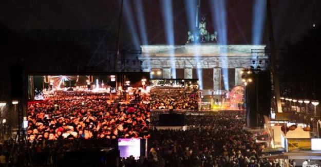 New year's eve around the world - hundreds of thousands celebrate in Berlin