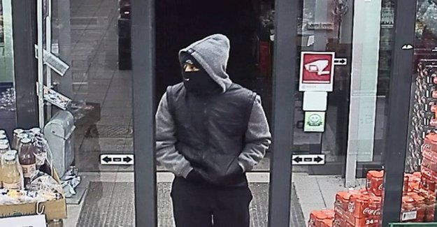 Suspected robber called for: Threatened shop assistants with a hammer
