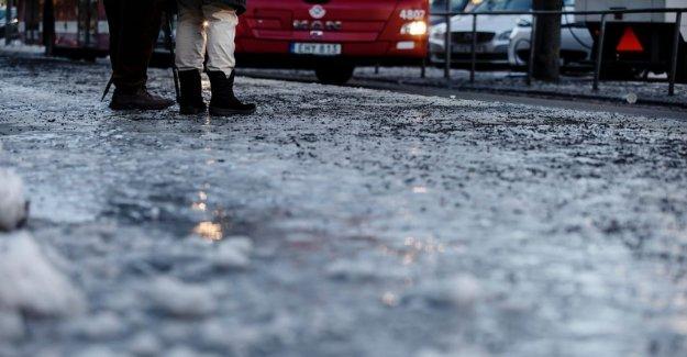 The night's snowfall causes traffic disruptions