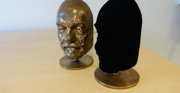 Therefore, created the world's blackest of the black a screwball kunstnerkrangel
