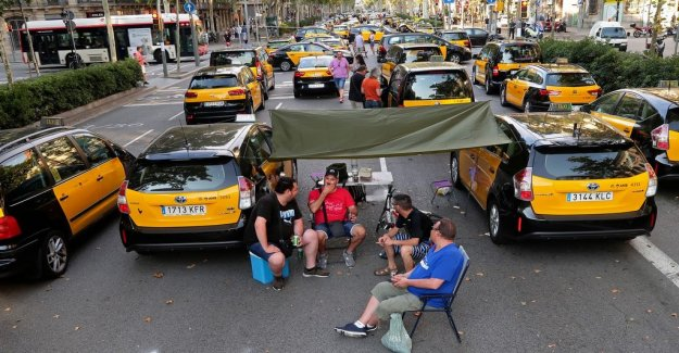 Uber pulls out taxi transfer service in Barcelona after protest