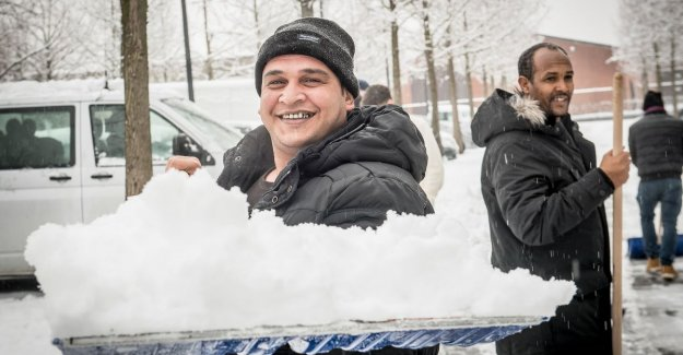 VIDEO. Asylum seekers help snow clean up in Ingelmunster: Glad I can give back to reception