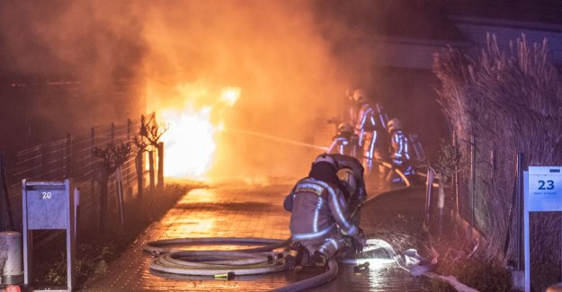 VIDEO - Fierce fire lays car and carport in the shaft in a social housing estate