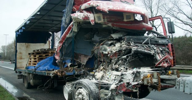 VIDEO. Spectacular accident on the E34 in Moerbeke: collision between two trucks, white gum powder and vegetables to ensure all of six hours for discomfort